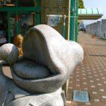 道の駅於福店で大きな声で歌う石のカエルにお賽銭🐸